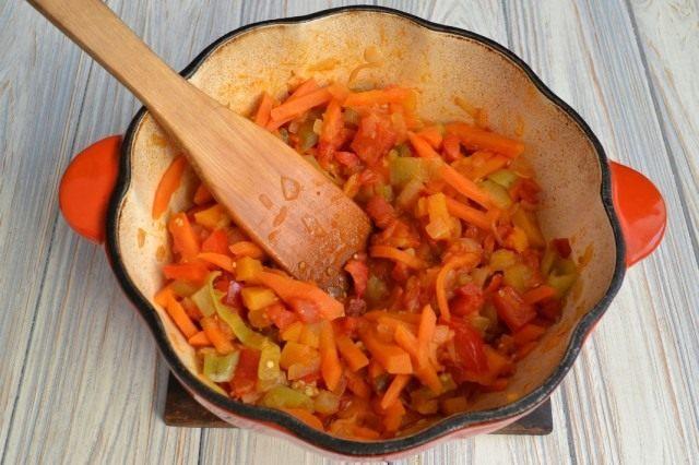 Обжариваем овощи со специями ещё 20 минут