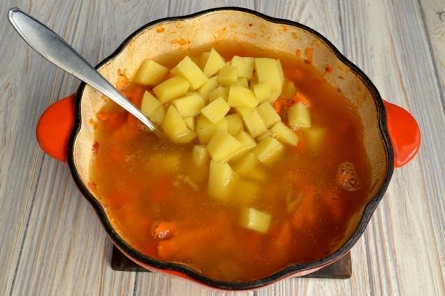 Смешиваем овощи и бульон с картофелем