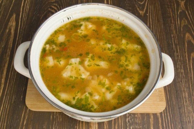 Приправляем суп солью, добавляем спагетти