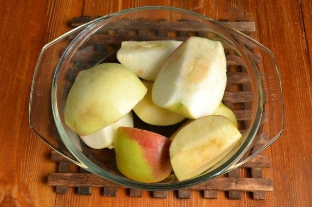 Очищаем яблоки и разрезаем