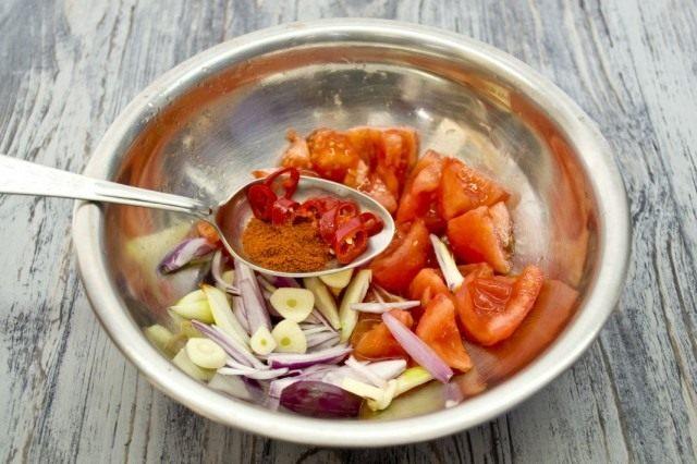 Измельчаем очищенные помидоры, перец чили, лук шалот, чеснок и специи