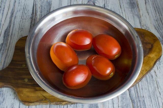 Ошпариваем помидоры, чтобы снять с них кожицу