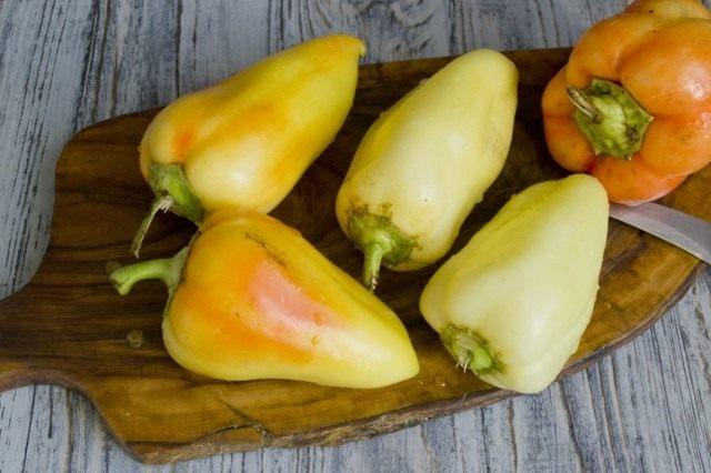 Подготавливаем сладкий болгарский перец