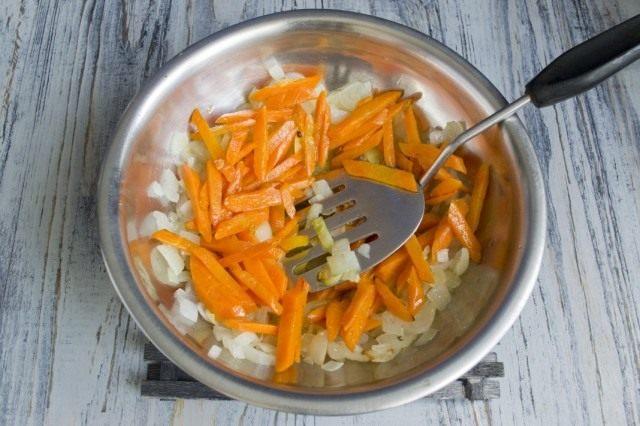 Пассеруем морковь и добавляем к жареному луку