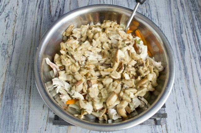 Обжаренные белые грибы добавляем в миску с начинкой для пирога