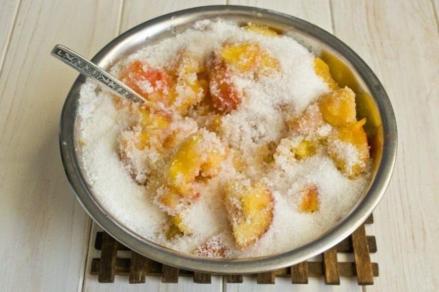Засыпаем персики и нектарины сахаром. Даем настояться