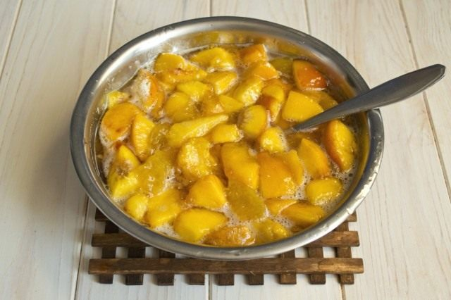 Доводим сироп с персиками и нектаринами до кипения