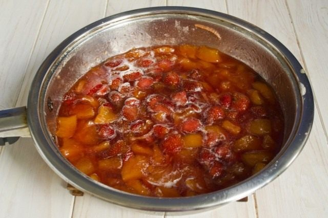 Оставляем ягодный джем из персиков, клубники и нектаринов остывать на ночь