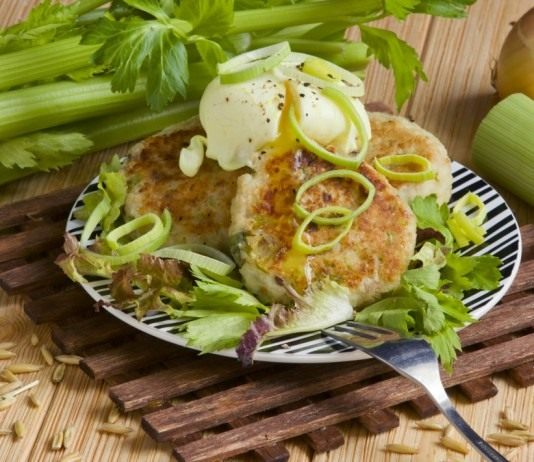 Котлеты из творога с сельдереем и яйцом пашот