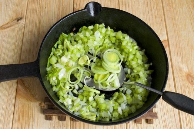 Нарезаем лук порей и тушим с овощами