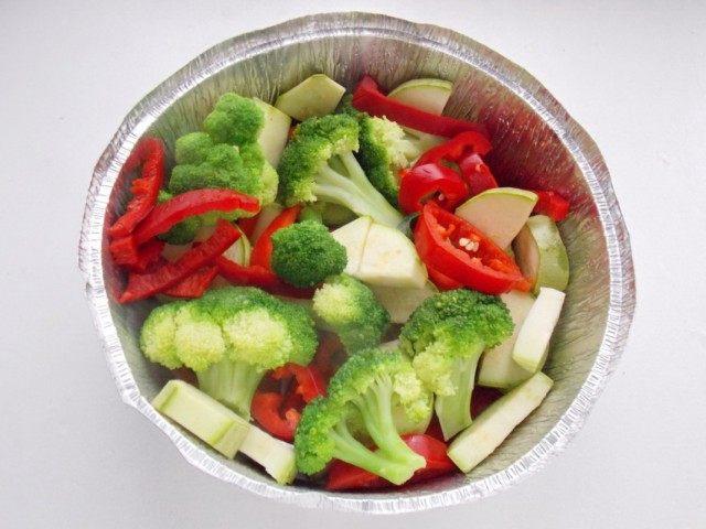 Выкладываем в форму для запекания овощи