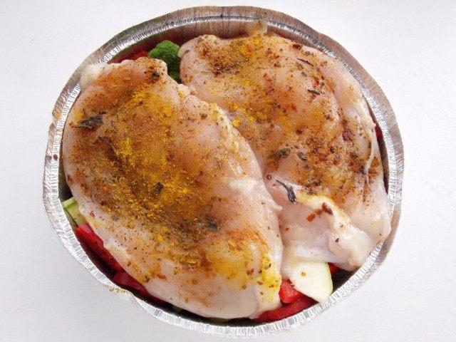 Выкладываем на овощи замаринованные куриные грудки