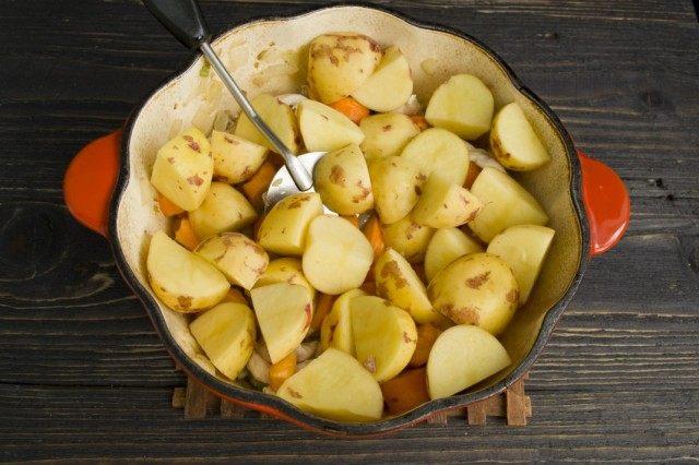 Добавляем крупно нарезанный картофель