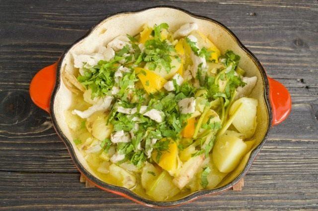За 5 миут до готовности овощного рагу с курицей и патиссонами добавляем зелень кинзы
