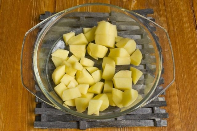 Добавляем нарезанный картофель