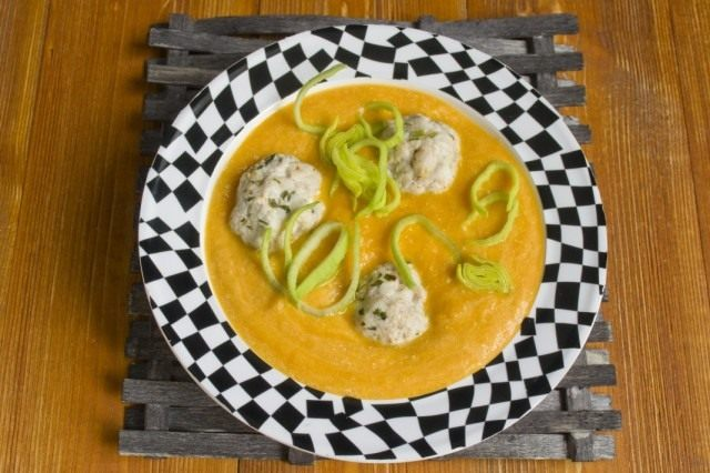 Наливаем овощной суп-пюре в тарелку, выкладываем фрикадельки и подаем к столу