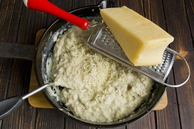 Натираем в пюре из баклажанов твёрдый сыр