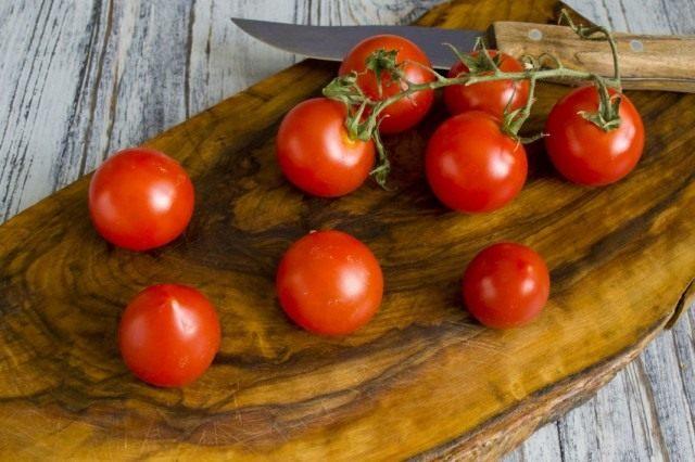 Нарезаем помидоры черри