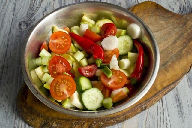 Смешиваем овощи и добавляем чеснок