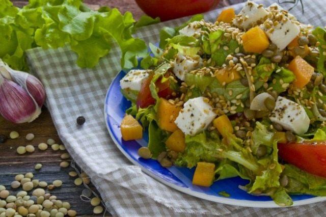 Присыпаем салат сверху обжаренным кунжутом