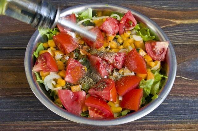 Заправляем салат оливковым маслом