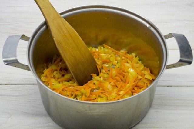 Пассеруем морковь, лук и чеснок