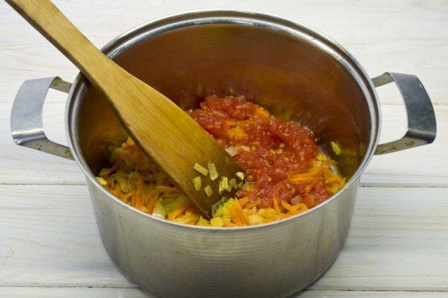 Добавляем томатное пюре к пассерованным овощам