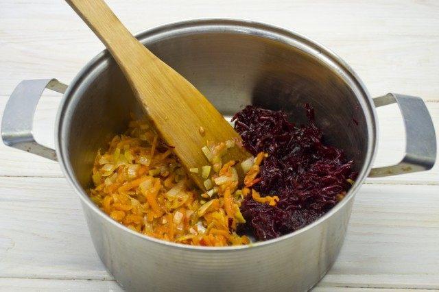 Натираем отваренную свёклу и тушим с пассерованными овощами