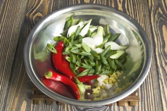 Обжариваем чеснок, перец чили, имбирь и зелёный лук
