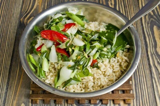 Смешиваем рис с овощами и шпинатной пастой