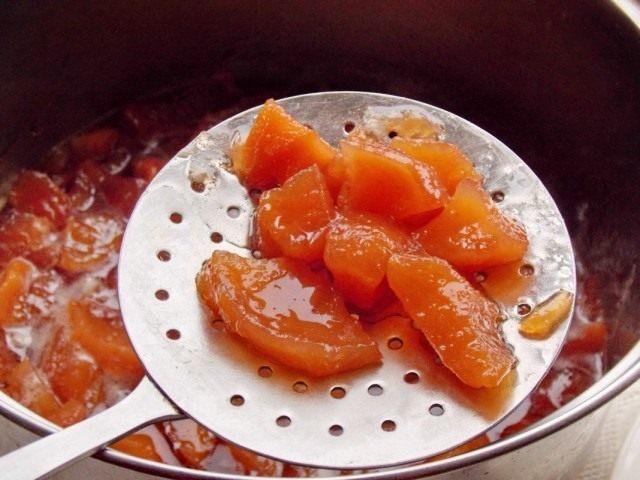 Вынимаем кусочки айвы из сиропа