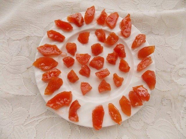 Подсушиваем кусочки айвы на тарелке