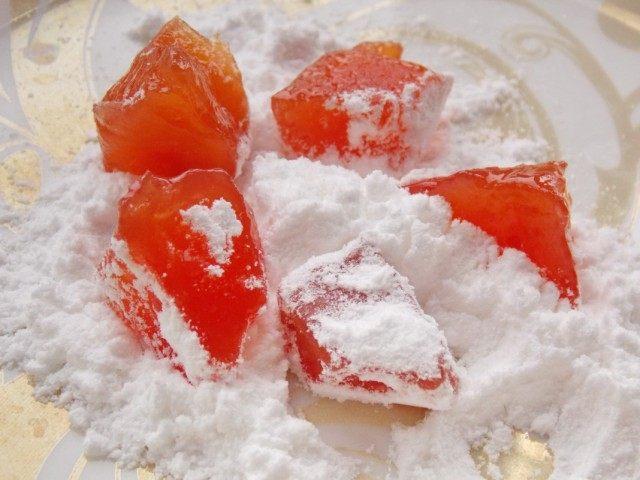 Правильно подсушенные цукаты из айвы обваливаем в сахарной пудре