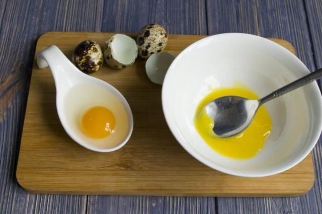 Отделяем яичные желтки от белков