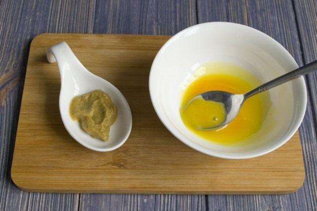 Смешиваем желтки с горчицей