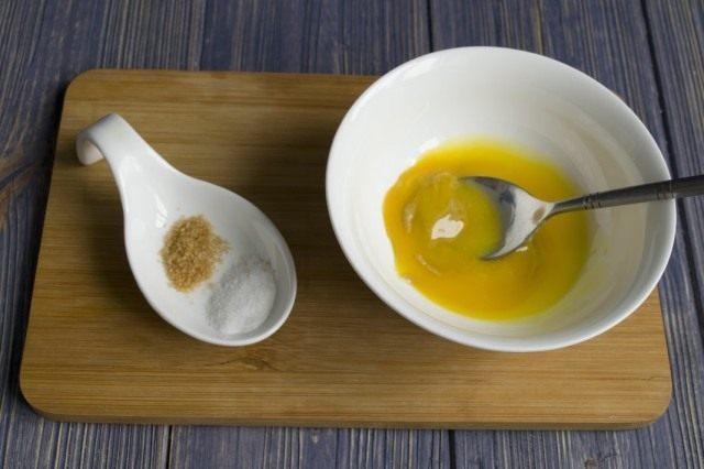 Добавляем соль и тростниковый сахар