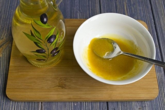 Смешиваем ингредиенты, добавляем растительное масло