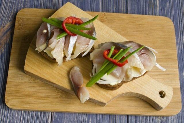 Делаем бутерброды с засоленной скумбрией