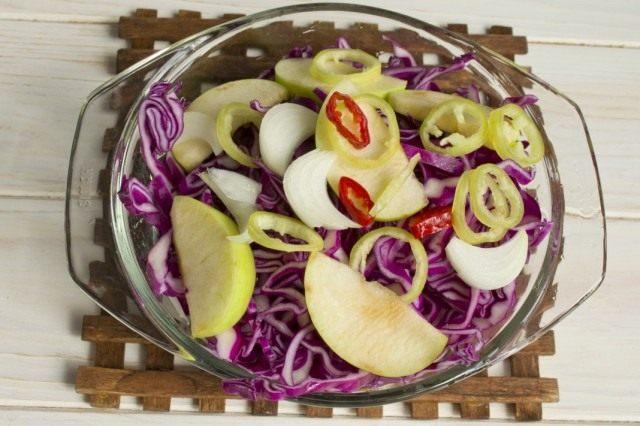 Перетираем капусту с солью, добавляем овощи и яблоки