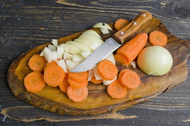 Нарезаем лук и морковь для овощной подушки