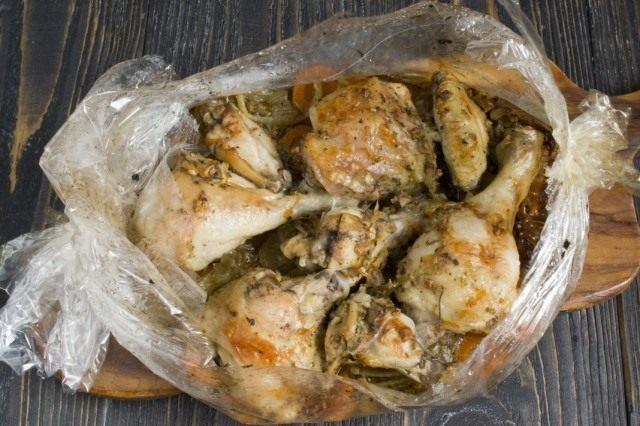 Запекаем курицу на овощной подушке в рукаве