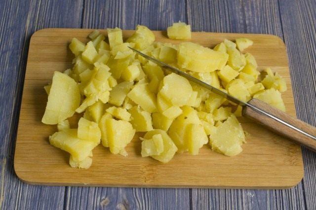 Добавляем отваренный в мундире и нарезанный картофель