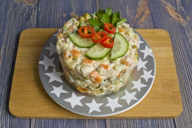 Выкладываем мясной салат порционно и украшаем