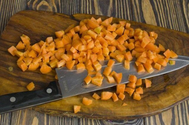 Пассеруем нарезанную кубиками морковь