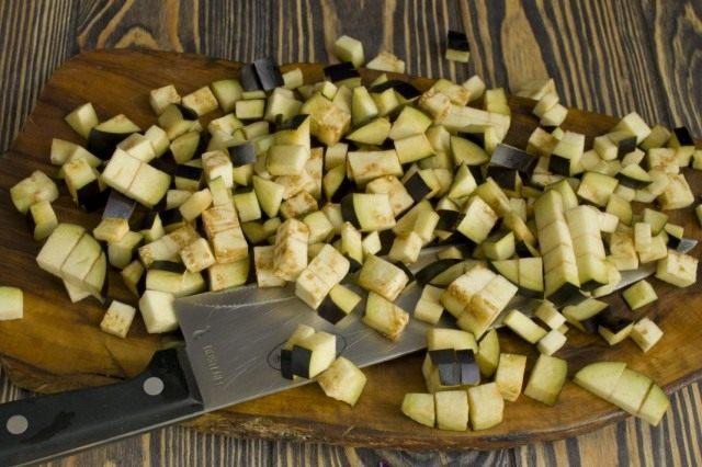 Добавляем к обжарке нарезанные баклажаны