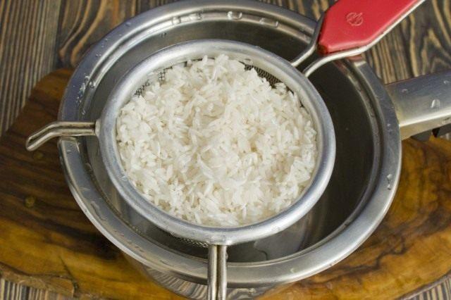 Промываем и отвариваем рис
