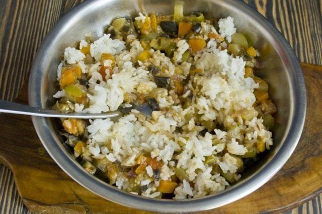 Смешиваем отваренный рис и тушеные овощи