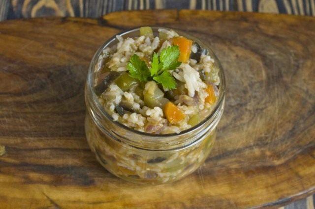 Выкладываем овощной салат с рисом в банки, стерилизуем и закрываем