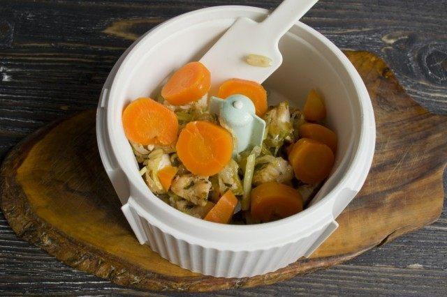 Добавляем нарезанную отваренную морковь