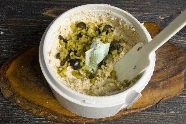 Добавляем нарезанные маринованные огурцы с маслинами и перемешиваем